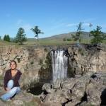 Vallée d'Orkhon - Elise devant la chute d'eau d'Ulaantsutgalan